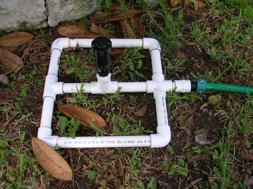 Простой садовый разбрызгиватель из всплывающих надземных разбрызгивателей